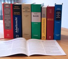 Bücher nebeneinander  Willkommen bei Kaus und Furier, den Fachanwäten für Arbeitrsrecht